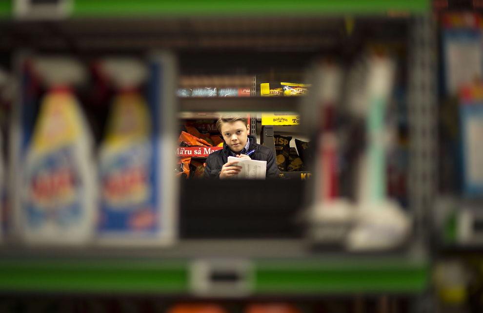 <p>OVERVÅKER PRISER: Vetle Grim Hjelmtvedt (15) har som mål å gi et realistisk prisbilde over den norske dagligvarebransjen i appen Dagligvarebørsen. Han sjekker 300 priser i syv dagligvarebutikker på én dag. Foto: ROBERT S. EIK<br/></p><p><br/></p>
