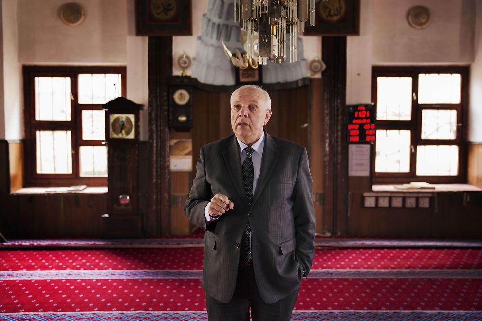 <p>ADVARER UNGDOM: Generalsekretær i det islamske samfunn i Kosovo, Resul Rexhepi, sier fattigdom gjør at unge muslimer i Kosovo får tilbud om å reise til Syria og krige for IS, nærmest som leiesoldater.</p>