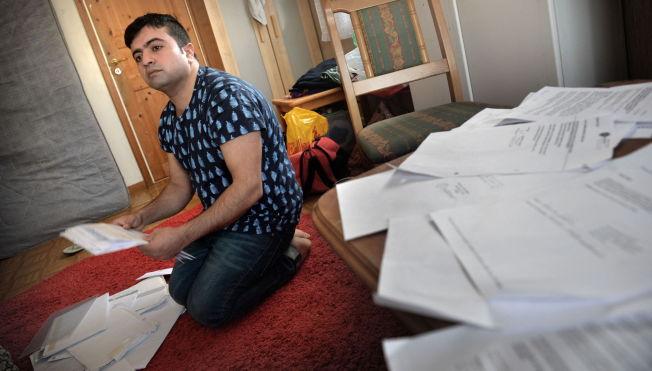 <p>PAPIRLØS: Mahmoud samler systematisk på alle skriftlige dokumenter han kan få tak i for å bevise hvem han er.</p>