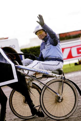 <p>KAN BLI FRATATT LISENSEN: Frode Hamre har vært landets mestvinnende trener de siste årene. Her etter seieren med Mystical News i Norsk Derby i 2006.</p>