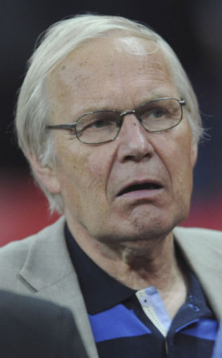 <p>JOBBET TIL 70: Arne Scheie jobbet for NRK-sporten til han fylte 70 år og mener Davy Wathne bør få den samme muligheten.<br/></p>
