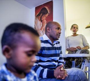 <p>BOR TRANGT: Roza og familien boe i en ett-roms på Stovner. Hun lengter etter å kunne delta i samfunnet, slik mannen har fått anledning til.</p><p><br/></p>