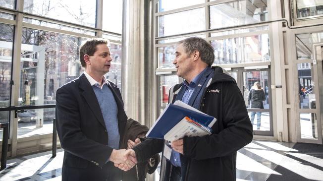 <p>MØTTES TIL DEBATT: Per Tøien(til høyre) fra Norges Idrettsforbund og Unibet-sjef Peter Alling hilser på hverandre før debatten på VGTV.<br/></p>