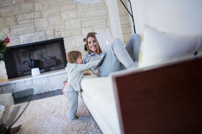 <p>FØLGER MED: Billie Aaberge Foss ser ut til å være nysgjerrig på hva mamma Tone Damli holder på med. Fremover vil bloggen bli et satsningsområde for småbarnsmoren.</p>