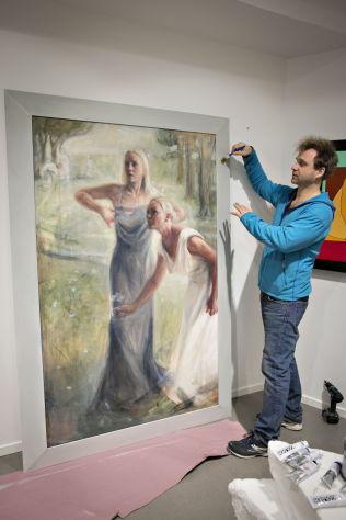 <p>EN SISTE HÅND PÅ VERKET: Vebjørn Sand toner rammen til det ene av to bildene av Fredriksen-tvillingene – kalt «Erato» og «Polyhymnia».</p>