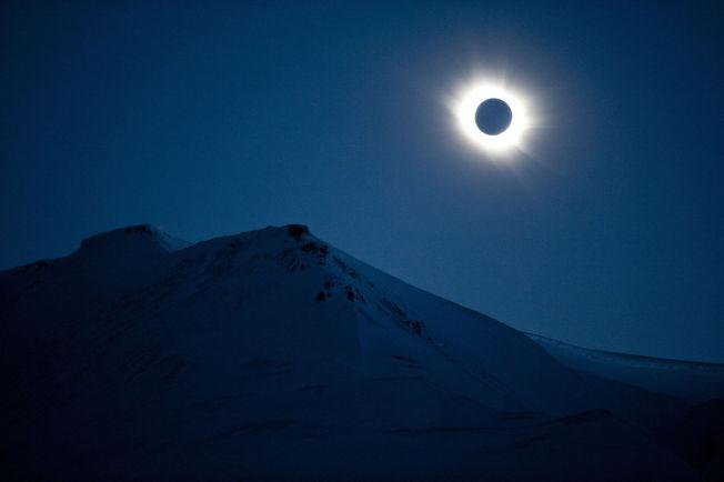 <p>MAGISK: Solformørkelsen var total over Svalbard fra klokken 11.11 fredag.<br/></p>