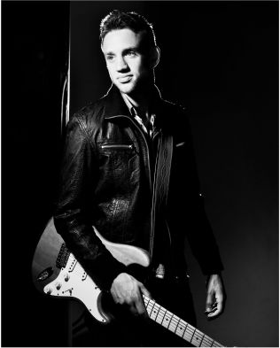 & lt; p & gt ; STRATOCASTER Paul Simmons (25) with his Fender Stratocaster. & lt; br / & gt; & lt; / p & gt;