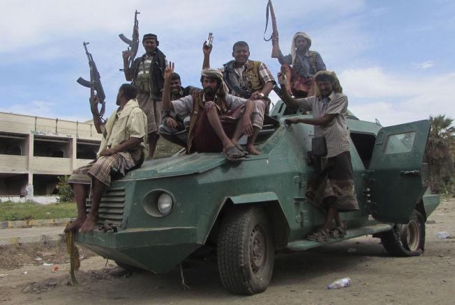<p>DELER LANDET I TO: Militssoldater, lojale til President Abed Rabbo Mansour Hadi (som har flyktet fra hovedstaden) fotografert på fredag i den sørlige byen Aden.</p>