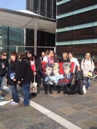<p>KØ: 30 minutter før pressekonferansen med a-ha starter har fans allerede stilt seg opp utenfor den norske ambassaden.<br/></p>