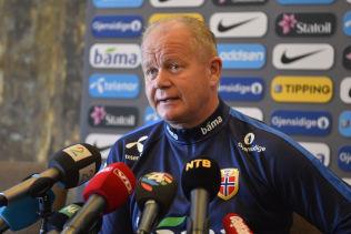 UTEN PRESS: Landslagssjef Per-Mathias Høgmo og Norge spiller - egentlig - med langt mindre press på seg enn normalt lørdag kveld, fordi motstanderen i utgangspunktet er for god.
