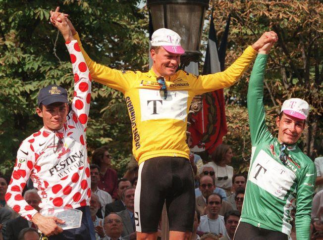 TOUR-VINNER: Bjarne Riis står øverst på pallen med den gule trøya som totalvinner av Tour de France i 1996. Han har senere innrømmet at han doping seg med EPO på denne tiden. T.h. Erik Zabel og t.v. Richard Virenque.