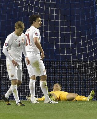 <p>ETTERLYSER KYNISME: Ørjan Håskjold Nyland (liggende), Tom Høgli (til venstre) og Vegard Forren fortviler under 1-5-tapet for Kroatia. FC Københavns Høgli mener Norge må bli smartere foran mål.<br/></p>
