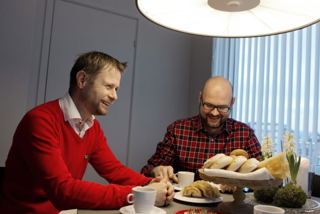 <p>TOSOMHET: Bent Høie og mannen Dag Terje Klarp Solvang skal på hytta på fjellet i påsken. Her er de fotografert hjemme i Stavanger julen 2012.</p>