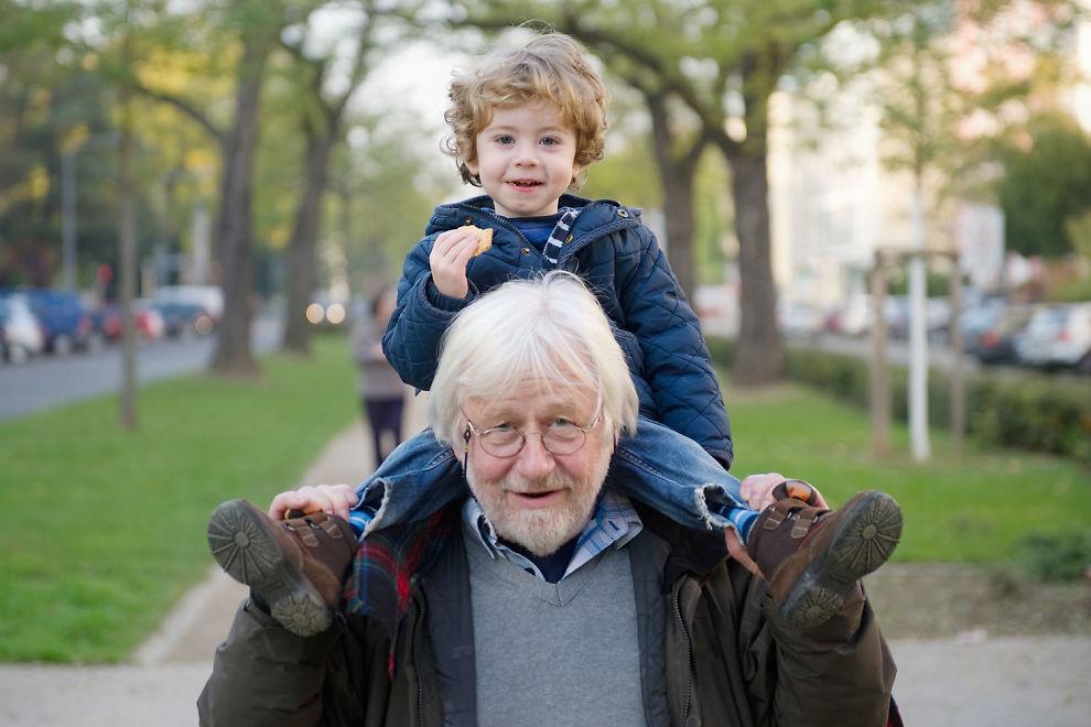 Når du blir bestefar, kan du plutselig føle deg mye eldre, og kanskje mindre maskulin. Dermed kan det hende at du også begynner å oppføre deg eldre og lever mer usunt. Dette kan være en forklaring på at norske bestefedre løper en helserisiko.