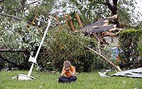 Her gråter Charles (7) over det ødelagte hjemmet i Texas