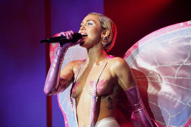 Miley Cyrus boobs smager godt