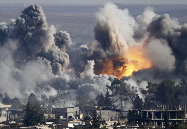 <p>EN MASSEGRAV FOR IS: Fra september 2014 forsøkte IS å ta kontroll over en kurdisk-dominerte byen Kobani på grensen til Tyrkia. Kurdisk motstand på bakken og USA-ledet bombing fra luften gjorde at IS aldri fikk kontroll over byen. Over 1000 jihadister ble drept. En av dem var Abu Edelbijev fra Fredrikstad. Foto: AP</p>