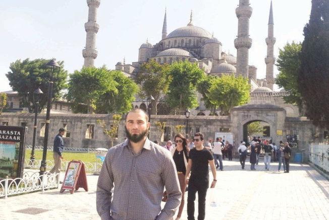 <p>PÅ BRYLLUPSREISE: Bildet ble publisert av flere internasjonale medier etter Dianas angrep, og viser Edelbijev utenfor Den blå moske i Istanbul. Bildet skal være tatt under parets ferie sommeren 2014. Foto: PRIVAT</p>