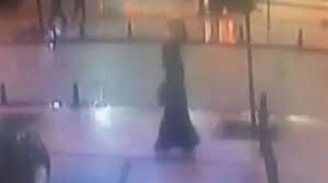 <p>DIANA GÅR TIL ANGREP: Overvåkningsbilder fra Sultanahmet i Istanbul viser Diana i sekundene før terrorangrepet. Politistasjonen hun angrep ligger i nærheten av attraksjoner som Haga Sophia og Den blå moské. Foto: TYRKISK POLITI</p>