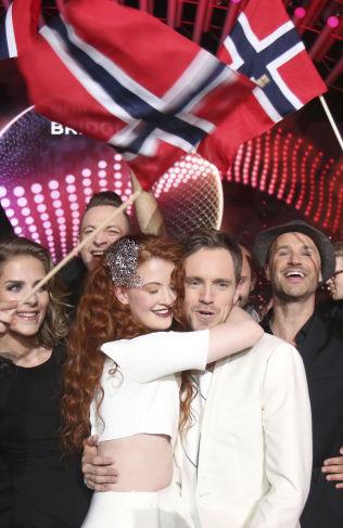 <p>GLADE: Mørland & Debrah Scarlett feirer her etter å ha kommet seg videre fra torsdagens semifinale i Wien.</p>