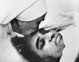 En nonne tar et siste farvel med den drepte erkebiskopen Oscar Romero. Foto: Anonym, Ap