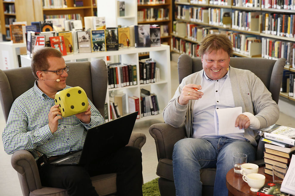 <p>TRILLET TERNING: VGs bokanmelder Sindre Hovdenakk (t.v.) anmeldte Jørn Lier Horst direkte på VGTV fra Deichmanske bibliotek fredag.<br/></p>