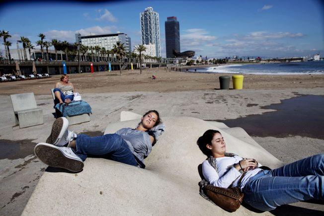 <p>BY OG STRAND: I Barcelona får man to ferier i ett, både byliv og strandliv. To nederlandske jenter nyter strandlivet Barceloneta.<br/></p>