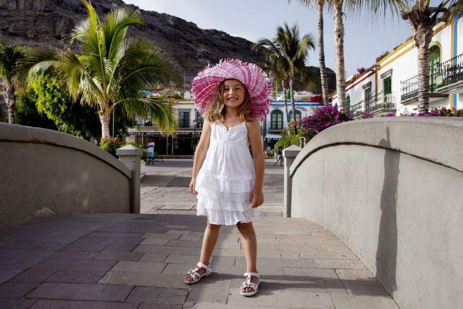 <p>SOMMERFIN: Kanariøyene har en evig bris som gjør øyene luftige om sommeren. Jente med hatt i Puerto de Mogan.<br/></p>
