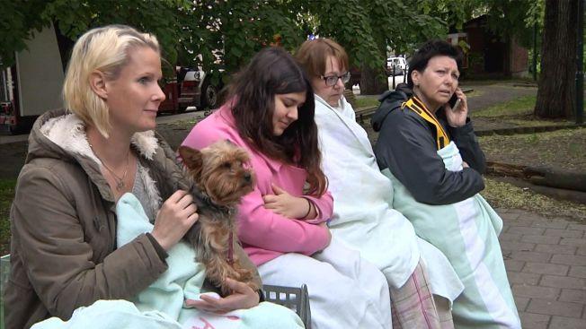 </p> <p>EVAKUERTE: Beboere samlet seg på gaten etter å ha blitt evakuert tidlig fredag morgen.<br/></p> <p>
