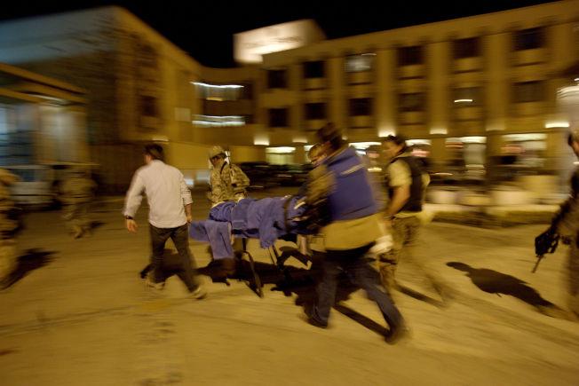 <p>EVAKUERES: Dagbladet-journalist Carsten Thomassen blir evakuert av norske journalister og norske og amerikanske soldater fra Serena Hotel i Kabul.</p>