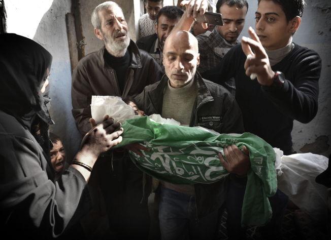 <p>Fire år gamle Riham Nabaheen ble et av krigens siste offer i november 2012. Hun lekte ute på Gaza da et fragment traff henne i hodet. Pappa Meher (45) henter henne på likhuset og tar henne med hjem, til moskeen og til slutt til graven. Pappaen bærer Riham inn på gårdsplassen hvor datteren ble drept under et døgn før. Resten av familien og venner skal ta et siste farvel. Rihams bror Islam (6) hulker ut sin sorg. Foto: HARALD HENDEN</p>