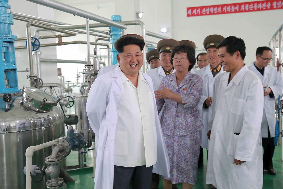 <p>Nord-Koreas leder Kim Jong-un besøkte det bioteknologiske forskningsinstituttet i Pyongyang i forrige uke. Landet hevder at de har en vidundermedisin som skal hjelpe mot en rekke dødelig sykdommer.<br/></p>