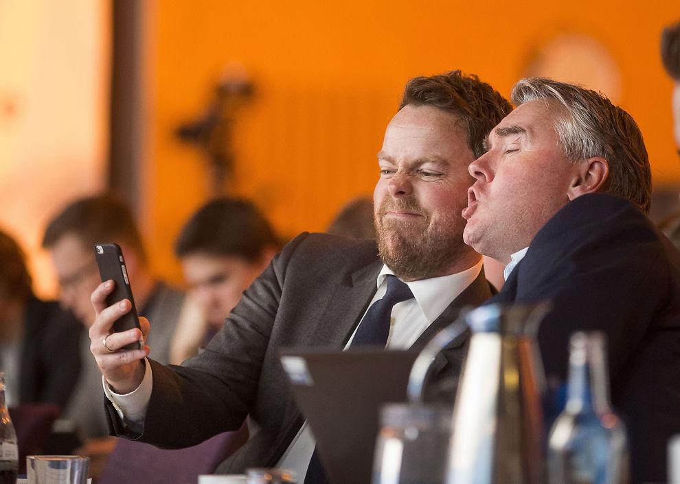 <p>HØYRE-SELFIE: Kunnskapsminister Torbjørn Røe Isaksen vedgår at selv en statsråd kan bli for opptatt av mobilen av og til. Her tar han en selfie sammen med parlamentarisk leder Trond Helleland på Høyres siste landsmøte på Gardermoen.</p>