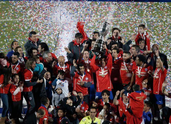<p>VILL JUBEL: Chiles spillere feiret som gale etter seieren over Argentina på nasjonalstadion i Santiago.<br/></p>
