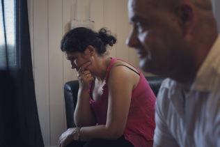 <p>FORTVILET: Mor Dorjana Kastrioti er syv måneder gravid, og veldig preget av familiens vanskelige situasjon. Til høyre sitter Alkeos onkel, Ilia Fetollari.<br/></p>