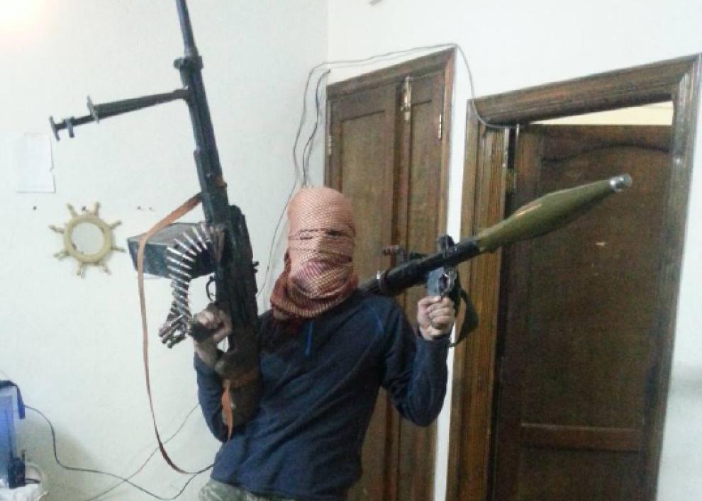 <p>I SYRIA: Dette er et av bildene PST mener beviser at 24-åringen ikke drev nødhjelpsarbeid, men var fremmedkriger.</p>
