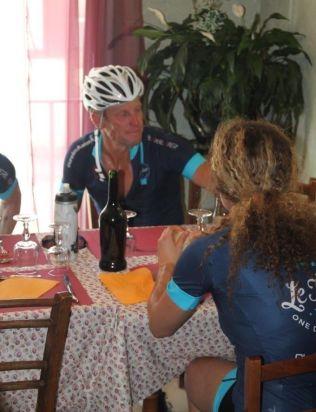 <p>LUNSJPAUSE: Lance Armstrong og følget tar en lengre pause på en liten kafé.</p>