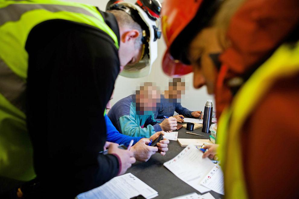 <p>OMFATTENDE PAPIRSPOR: Kontrollørene har med seg spørreskjemaer og sjekker blant annet oppføringer i arbeidstakerregisteret, skattekort, lønn og arbeidstider. De omfattende sakene kan ta flere år før utfallet blir klart. Bildet er tatt under kontroll på østlandet i slutten av mai, der 25 byggeplasser fikk uanmeldt tilsyn.<br/></p>
