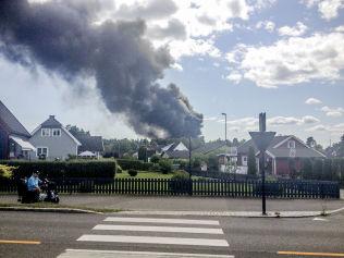 EVAKUERT: Flere boliger som ligger i nærheten av lagerbygningen som brenner i Tønsberg er evakuert.