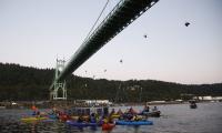 Her demonstrerer de mot oljeboring – hengende fra bro