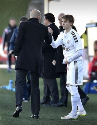 <p>MER AV DETTE: Zinedine Zidane og Martin Ødegaard under Castillas kamp mot Athletic Club i februar.<br/></p>