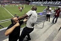 Her havner Costa Rica-treneren i heftig slåsskamp