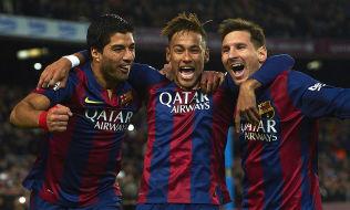 SUPERTRIO: Det er vanskelig å finne bedre reklameplass i fotballverden enn dette; Luis Suárez, Neymar og Lionel Messi jubler for mål i en seriekamp mot Atlético Madrid.