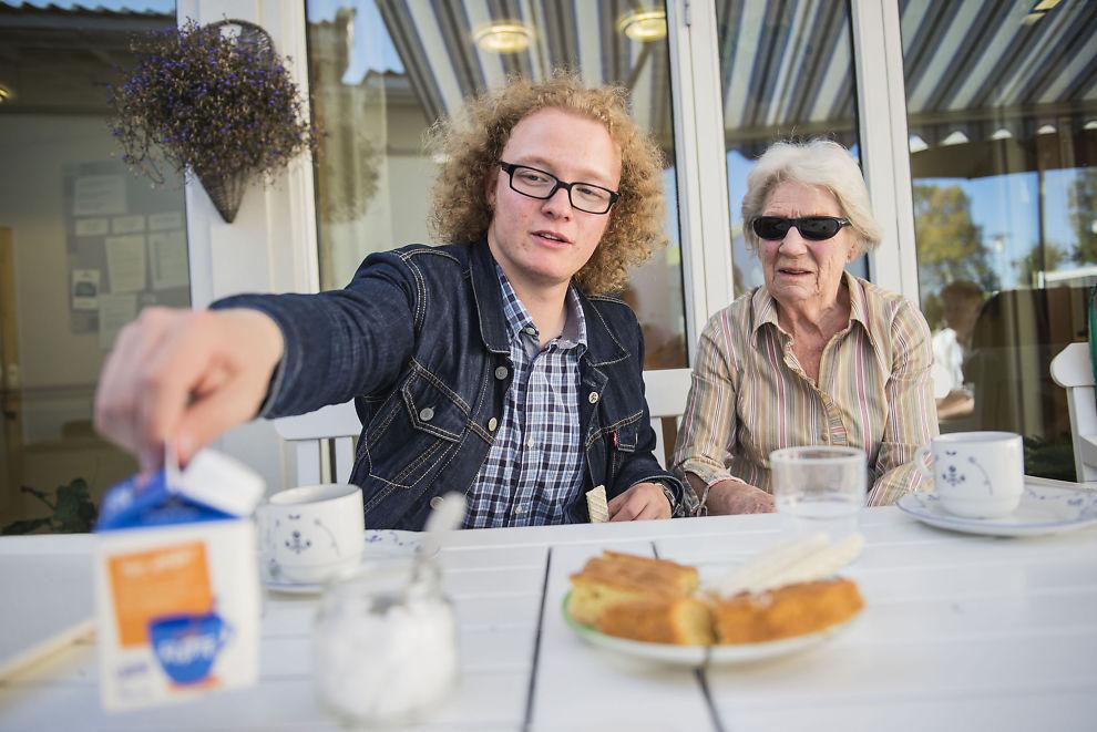 <p>GODE VENNER: Trym Sivesindtajet (18) og oldemoren Elvine Bjerke (87) møtes fast hver onsdag på eldresenteret i Kolbu.</p>