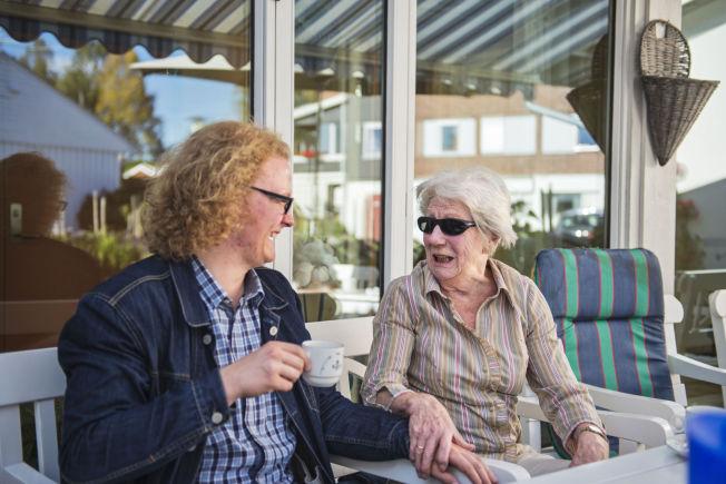 <p>TRIVES GODT: 18 år gamle Trym Sivesindtajet trives godt med oldemoren Elvine Bjerke (87).<br/></p>