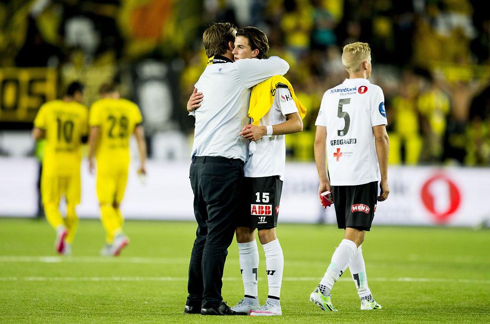 <p>GULLKALV: Odd-direktør Einar Håndlykken omfavnet Rafik Zekhnini etter den dramatiske kampen mot Borussia Dortmund der Odd ledet 3-0, men tapte 3-4.<br/></p>