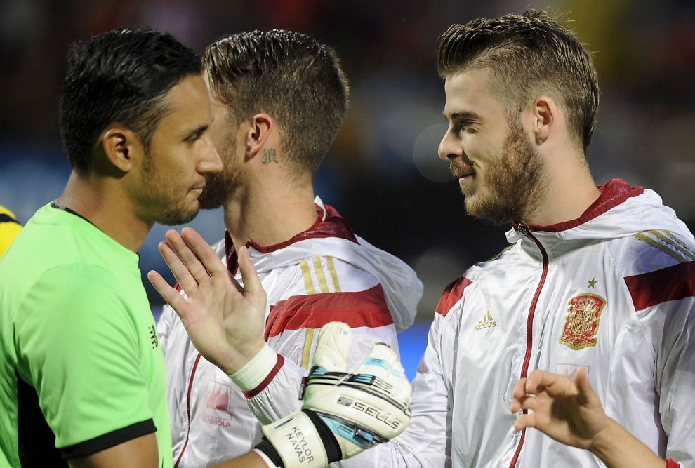 Do we need De Gea right now? - Page 2 Spain_s_goalkeeper_De_Gea_greets_Costa_Rica_s_Navas_before_their