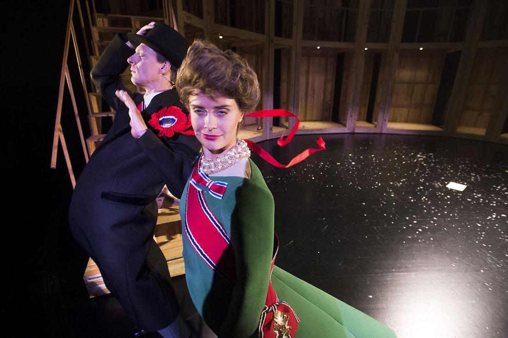 <p/> <p>I HARDT VÆR: Det blåser rundt mange, også kongeparet, i Det norske teatrets vanvittige spasmakeri med nye norsk politisk historie i «Galve Kongeriket».</p>