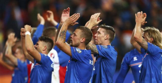 BRAGDEN: Islands spillere jubler etter torsdagens 1-0-seier borte over Nederland, den som la grunnlaget for jubelkvelden mot Kasakhstan. Fra venstre Aron Gunnarsson, Ragnar Sigurdsson, Birkir Sævarsson og Birkir Bjarnason.
