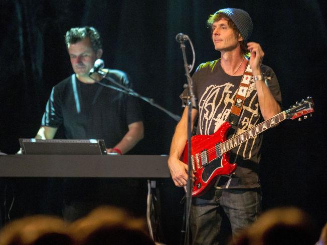 <p>HØRER DERE MEG?: Ja, Paul Waaktaar-Savoy er definitivt mer til stede med gitaren fra scenen enn han er i lydbildet på a-has siste plate(r). Mens det faktisk er motsatt med medprodusent og tangenttraktør Erik Ljunggren (i bakgrunnen), iallfall foreløpig.<br/></p>